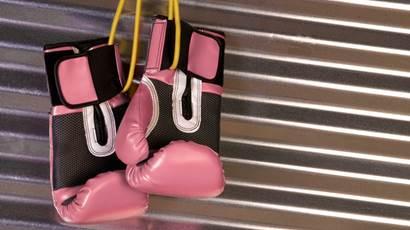 Des gants de boxe roses