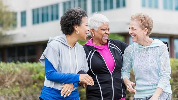 trois femmes riant dans des vêtements d