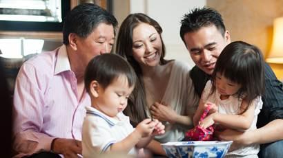 famille asiatique dans le salon