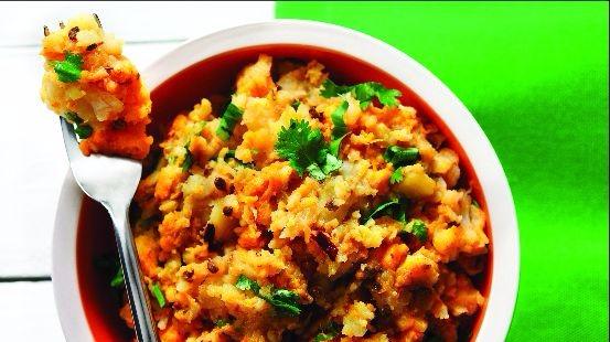 Purée de patate douce, navet, panais garni de graines de coriandre et coriandre fraîche
