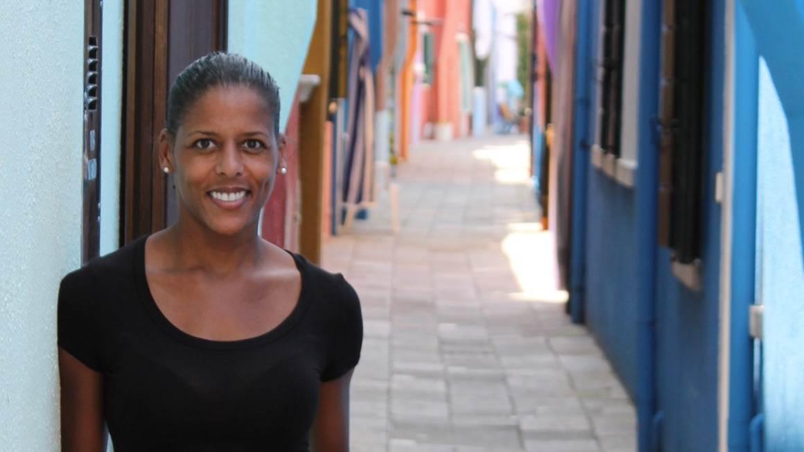 Caroline Lavallée debout sur un chemin coloré