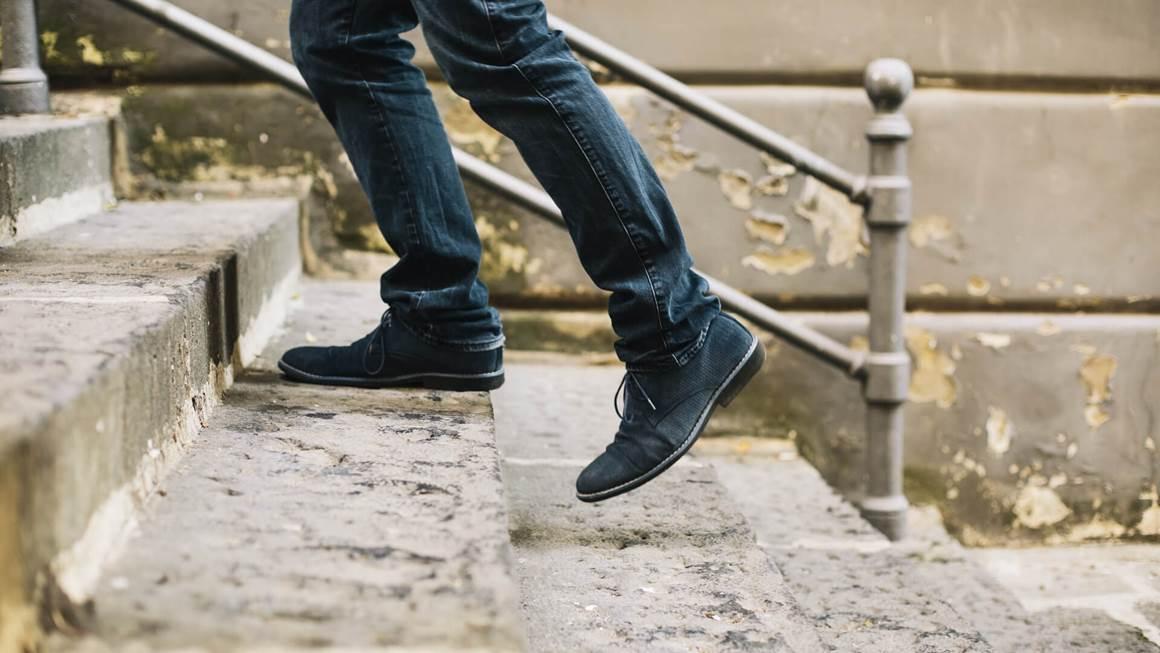 homme monter les escaliers ferment sur les chaussures