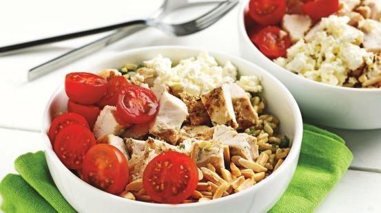 Poulet, tomates, feta et riz brun dans un bol