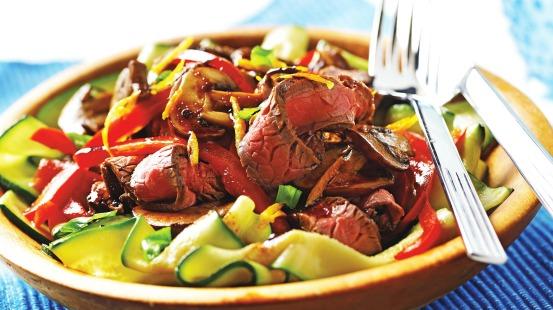 Tranches de bœuf, courgettes et poivrons rouges dans un bol