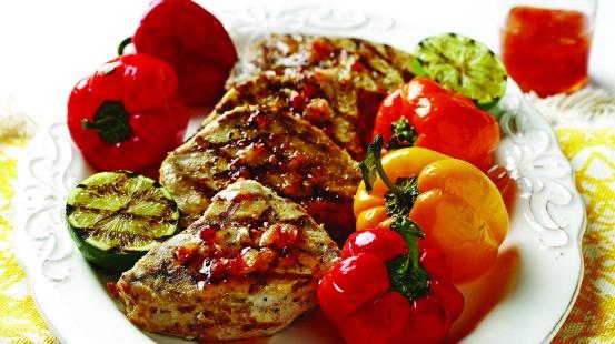 Assiette de porc, petits poivrons, courgettes grillées et sauce