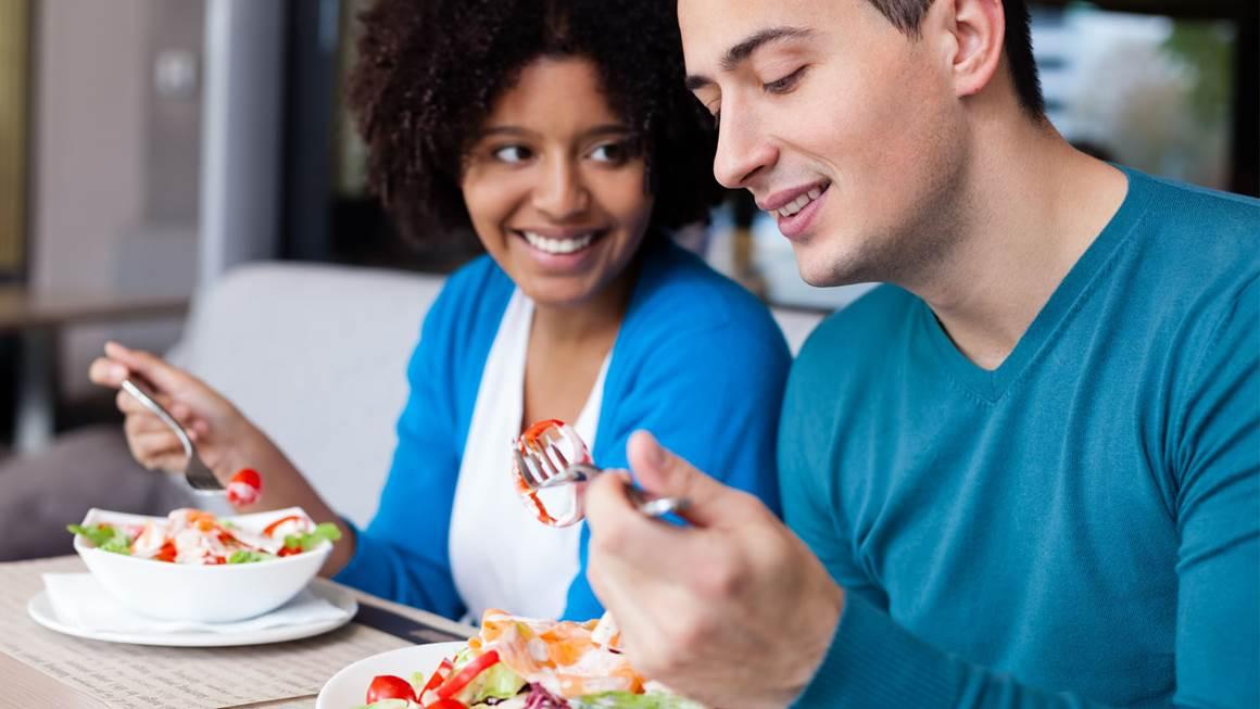 couple ayant le déjeuner au restaurant