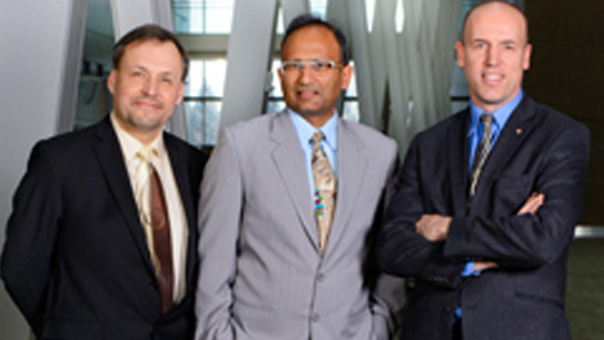 De gauche à droite, le Dr Andrew Demchuk, le Dr Mayank Goyal, le Dr Michael Hill