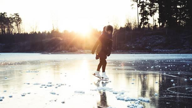 Fille de patinage sur le lac