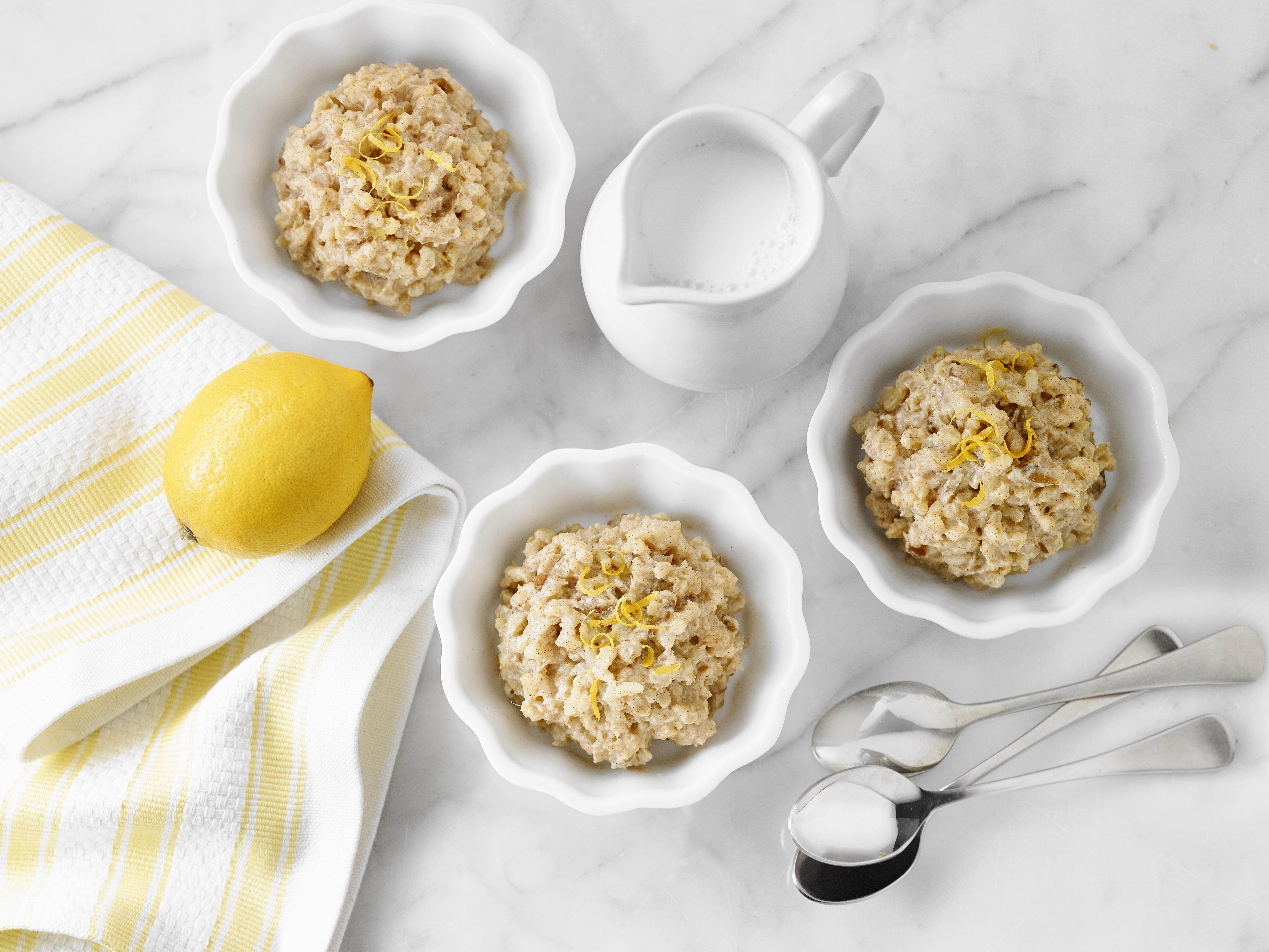 trois bols de la date de citron pouding au riz sur nappe blanche