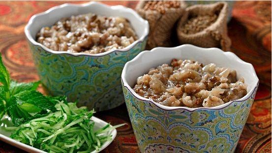 Lentilles et champignons cuits dans des bols avec du concombre râpé