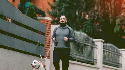 Un homme qui court avec son chien