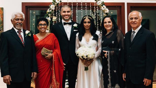 <p>Une famille unie : Nalaka et Kumari (parents de Lakna), Regis et Lakna, et Edina et Pedroi (parents de Regis).</p>