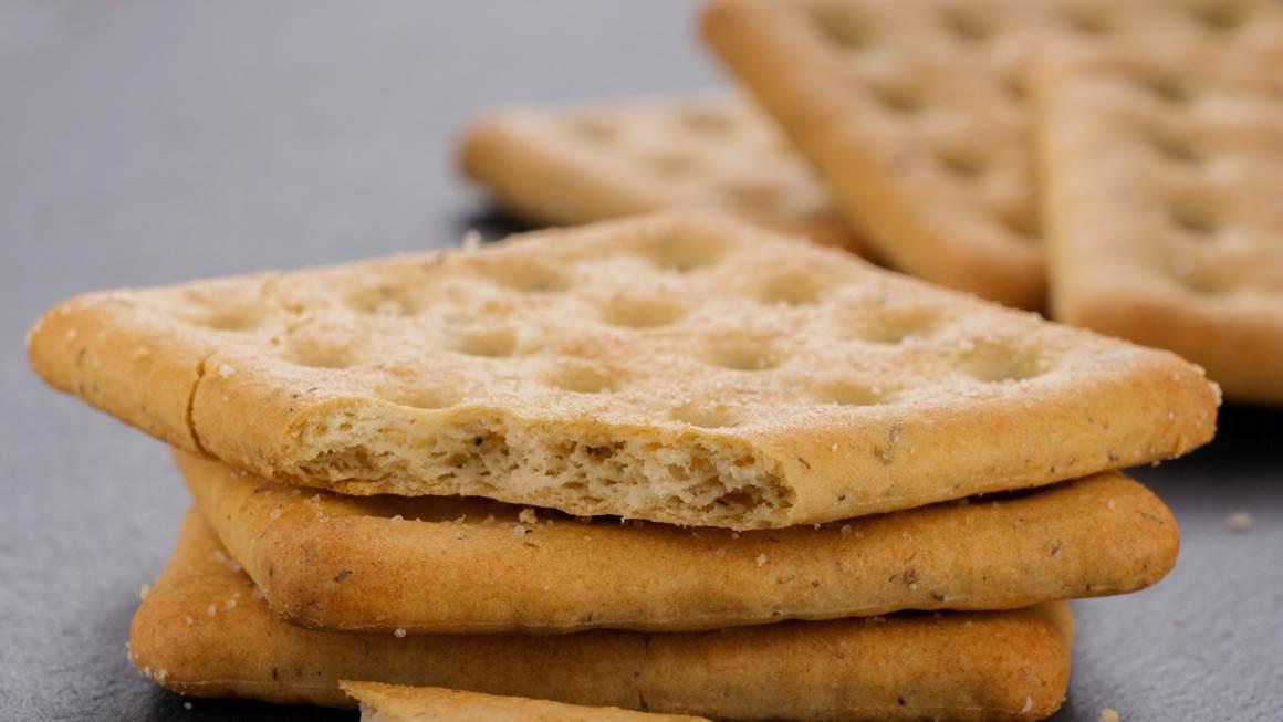 Pile de biscuits carrs sur fond gris