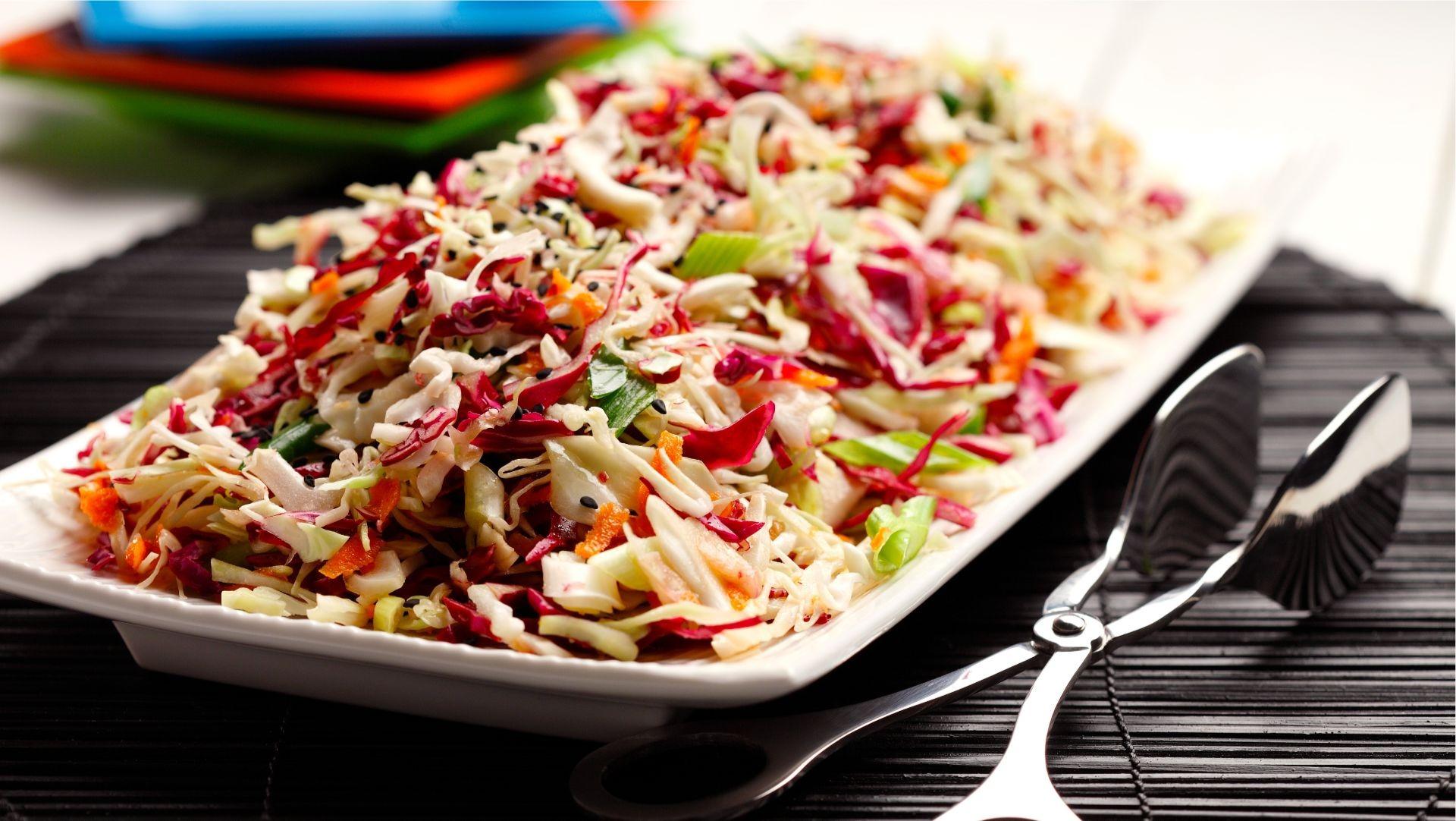 Salade de chou japonaise et sésame à côté des pinces.