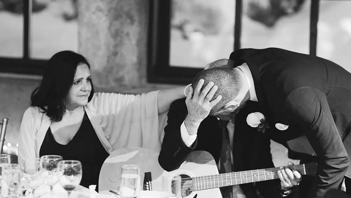 À ce mariage, Regis embrasse son père, Pedro, après que ce dernier, qui se rétablissait d'un AVC, lui ait offert une chanson avec sa guitare.