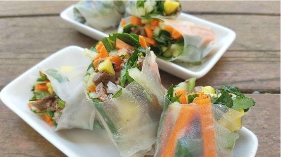 Bœuf en tranches, légumes dans papier de riz