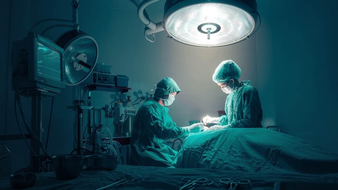 Chirurgiens équipe Travailler avec le suivi des patients dans la salle d