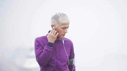 Femme écoutant de la musique exerçant à l
