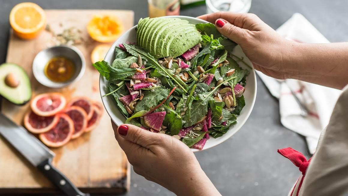 Femme tenant frais, salade verte