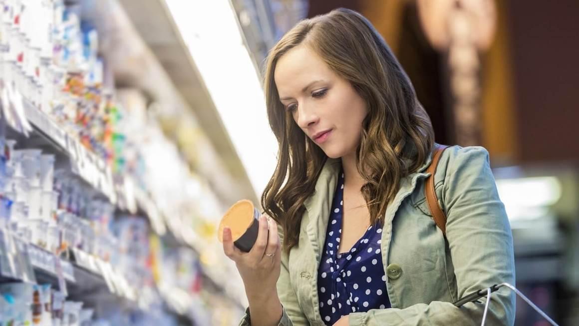 Femme en épicerie lire l