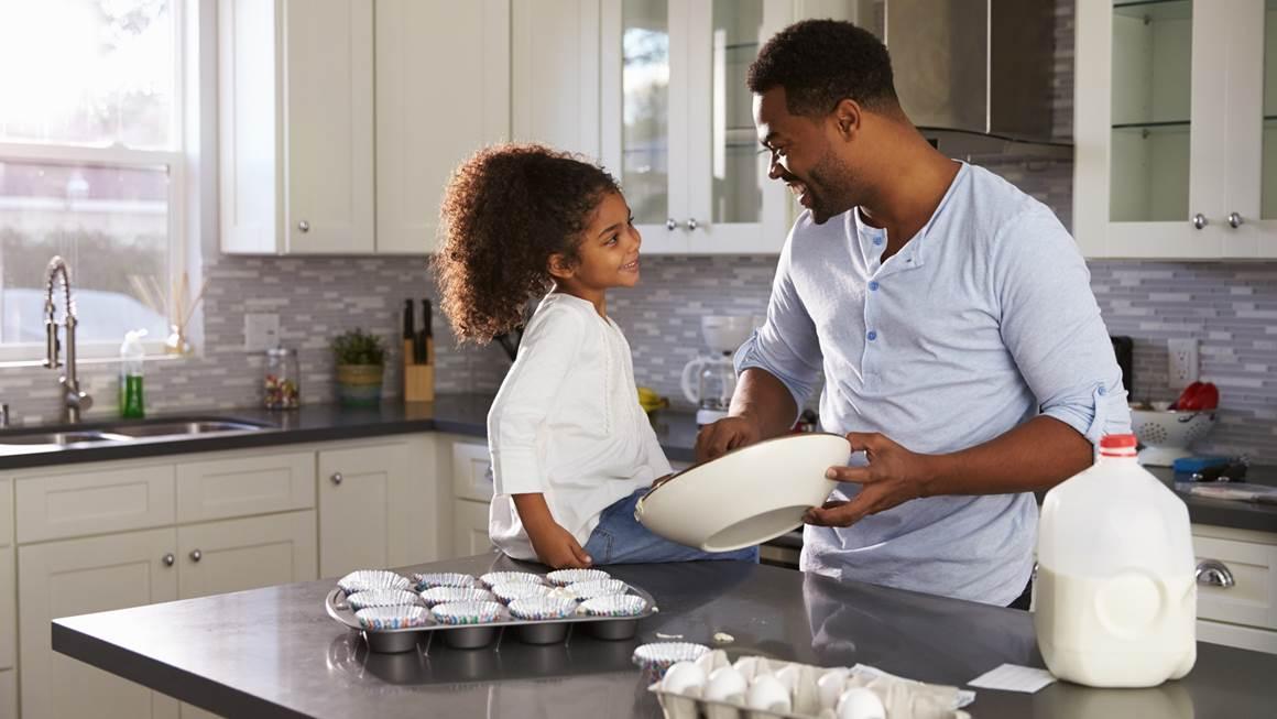 Père et fille de cuisson dans la cuisine