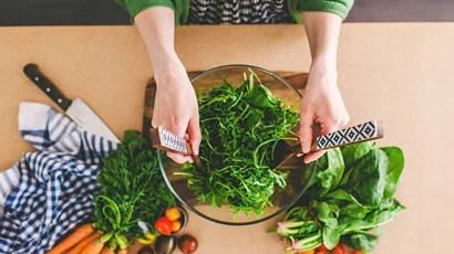 Femme faisant salade