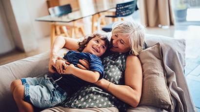 Une grand-mère et son petit-fils qui s'amusent ensemble dans la maison.