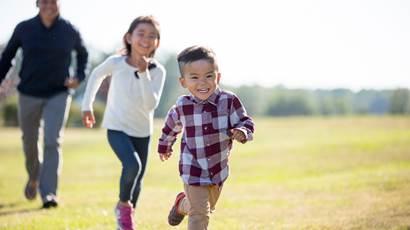 jeune fille garçon et son père courir à l