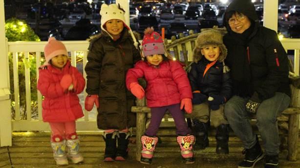 <p>Tina avec quatre de ses petits-enfants</p>