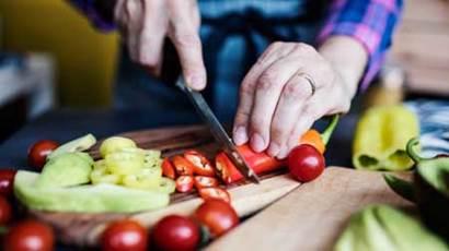Femme couper un piment près
