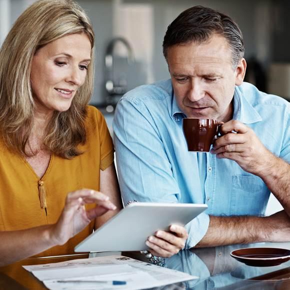 Couple regardant leurs finances sur iPad