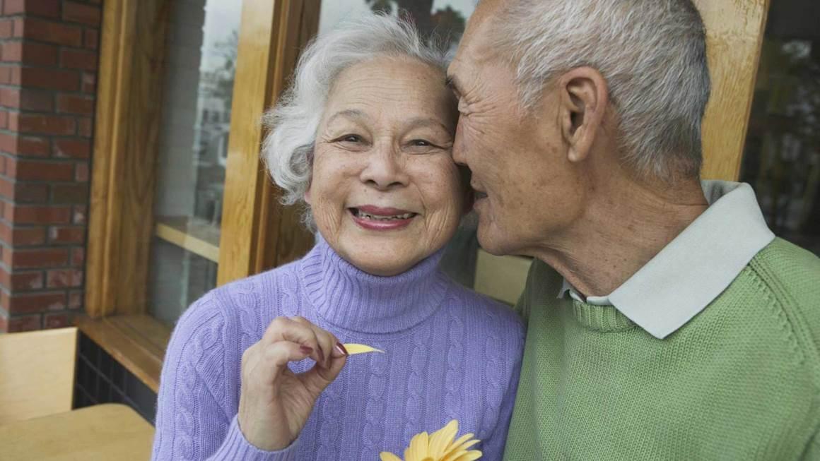 Couple de personnes âgées étreignant