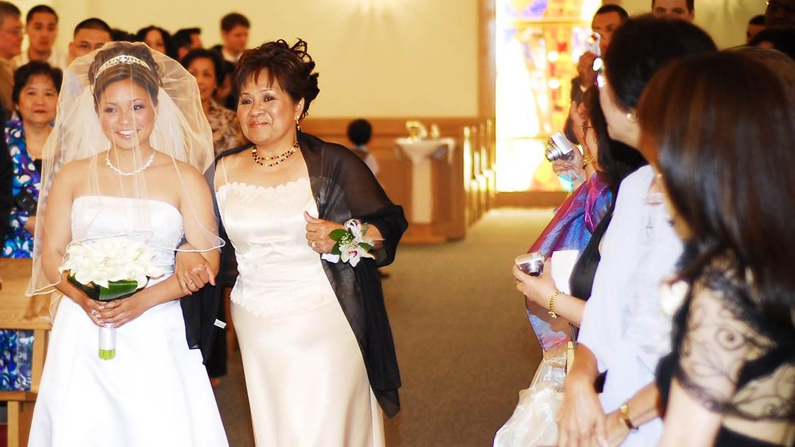 Une maladie du cœur a emporté sa mère, mais Kim se souviendra toujours de ce moment, où Tina l'a conduite à l'autel.