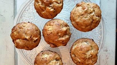 pommes érable cheddar muffins sur une plaque de verre clair