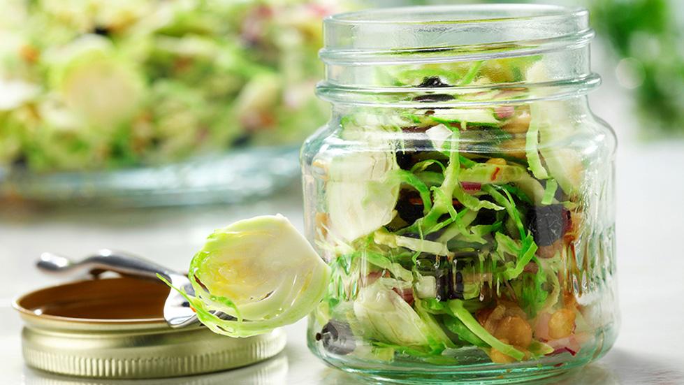 Choux de Bruxelles aux bleuets et aux noix salade dans un bocal