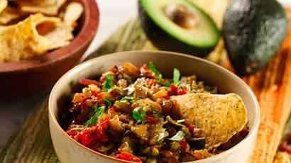 guacamole de légumes dans un bol avec des chips tortilla et avocat