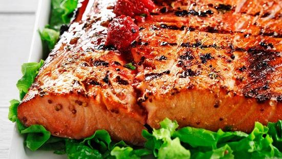 Saumon grillé avec vinaigrette Dijon-framboise