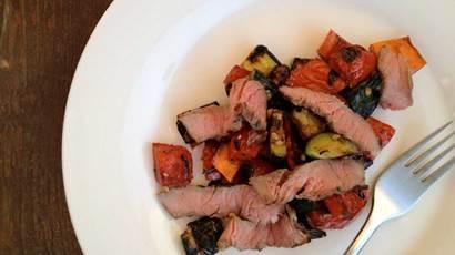 Entrecôte grillée et salade de légumes