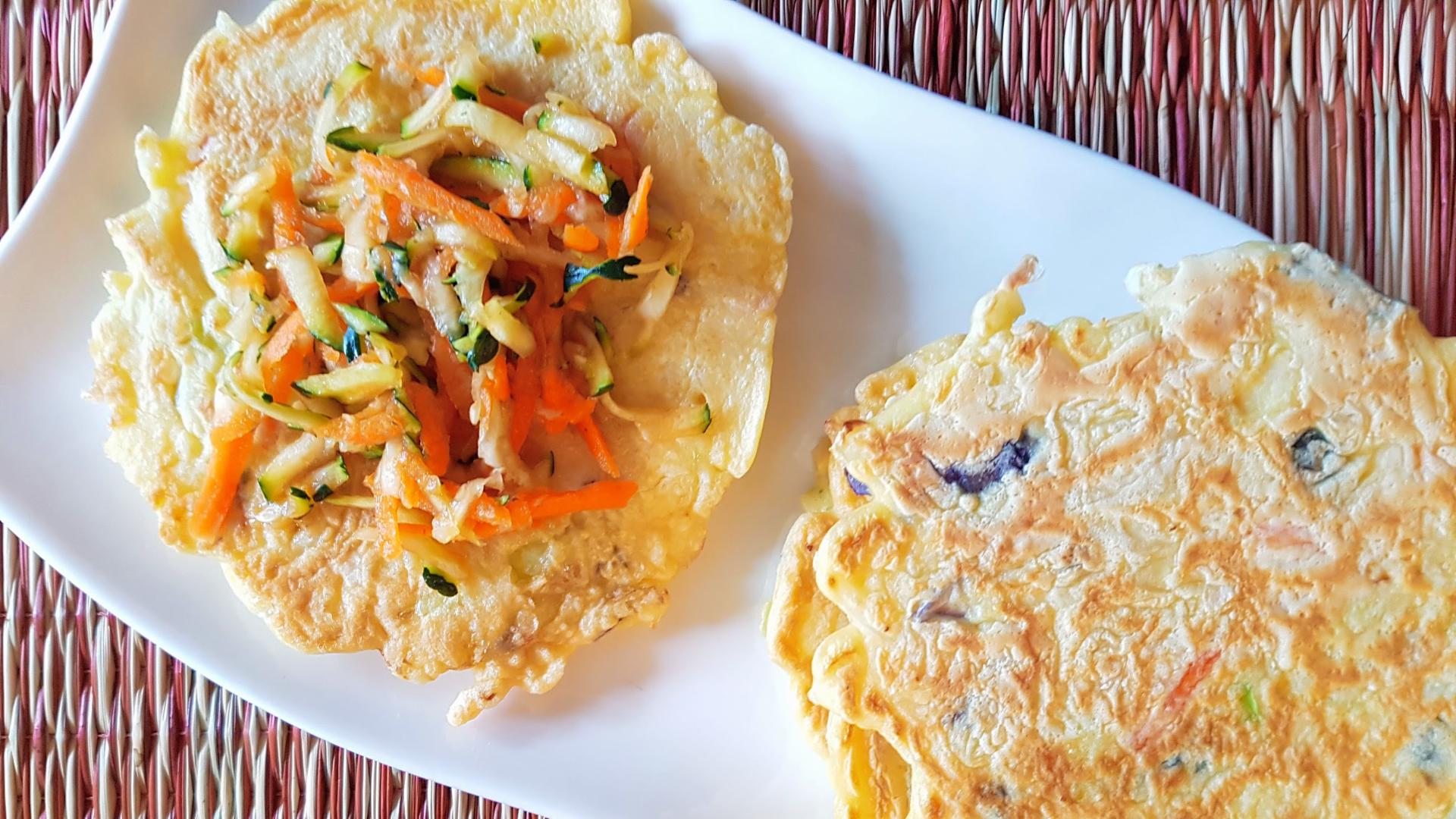 Deux crêpe salée d'inspiration japonaise sur une assiette