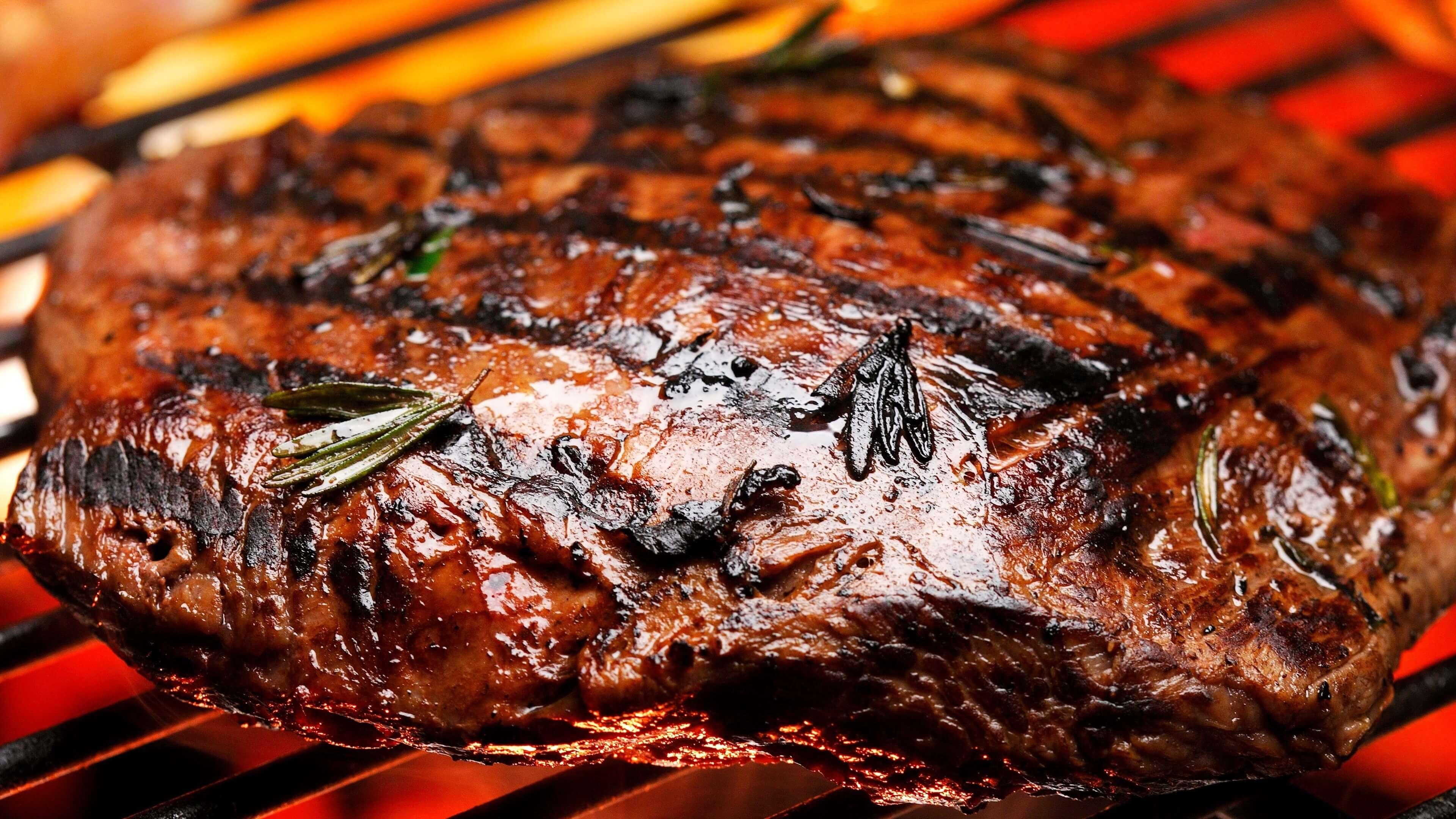 Steak grillé sur barbecue