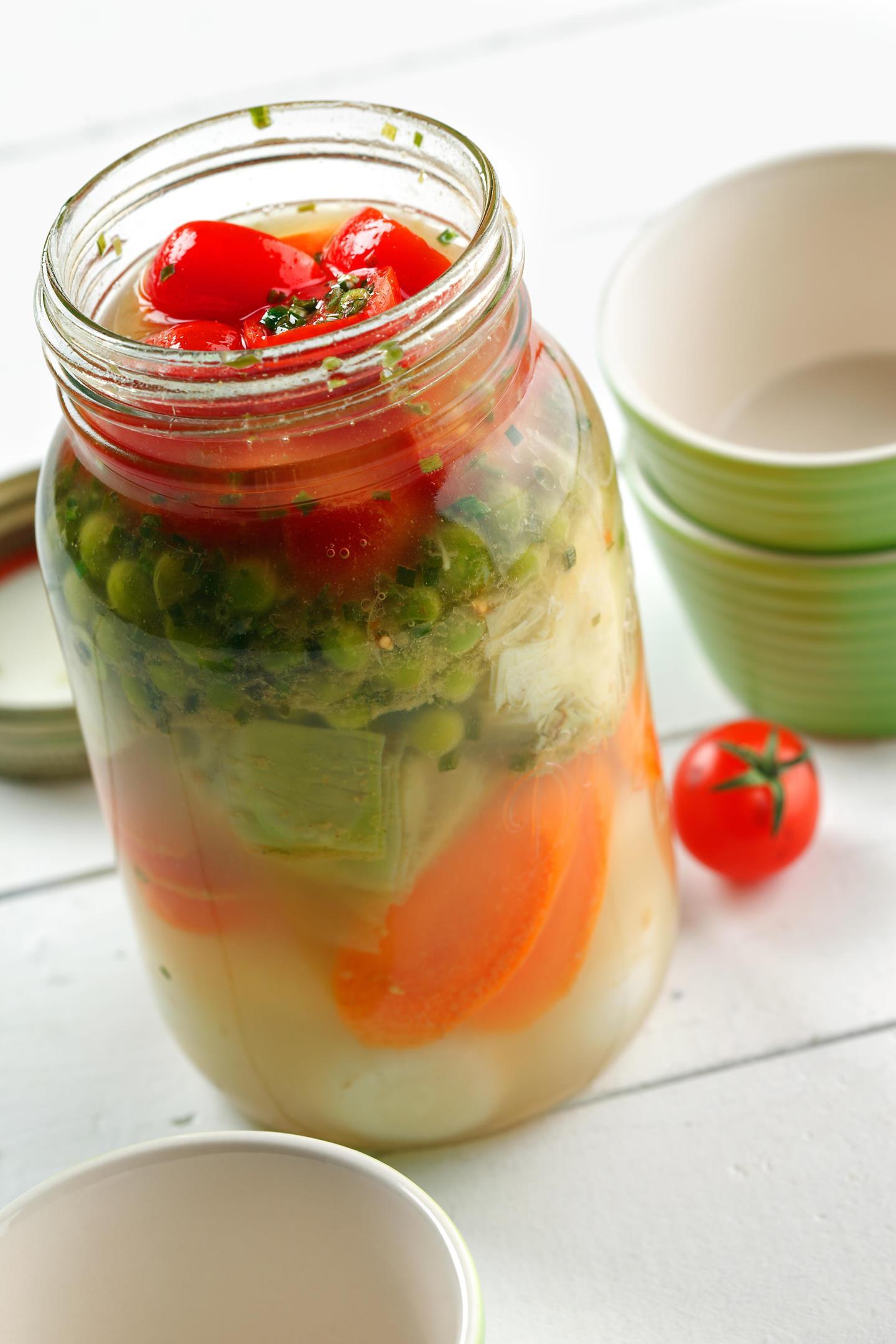 Légumes marinés au gingembre dans un bocal