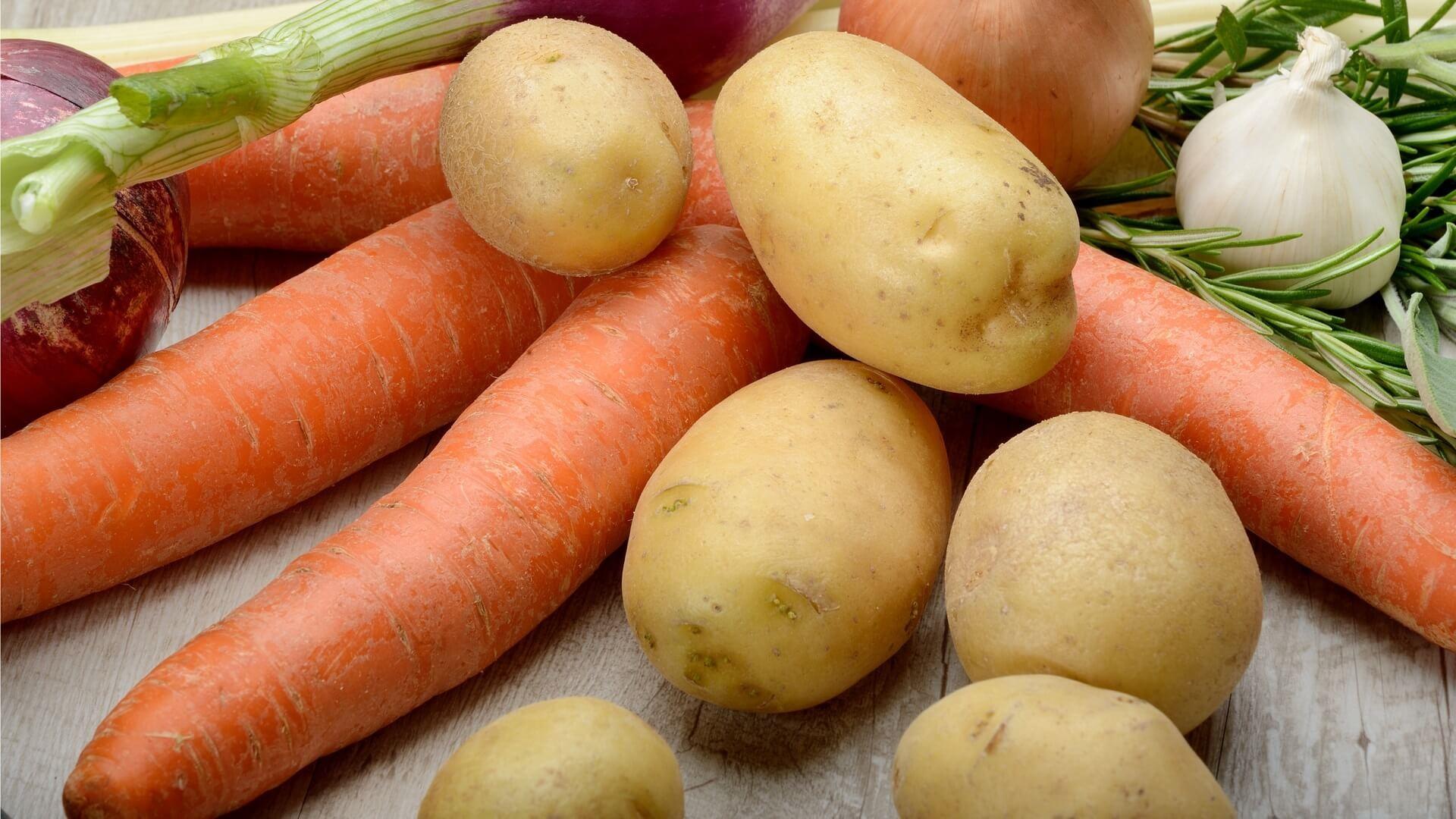 Carottes crues, pommes de terre et ail