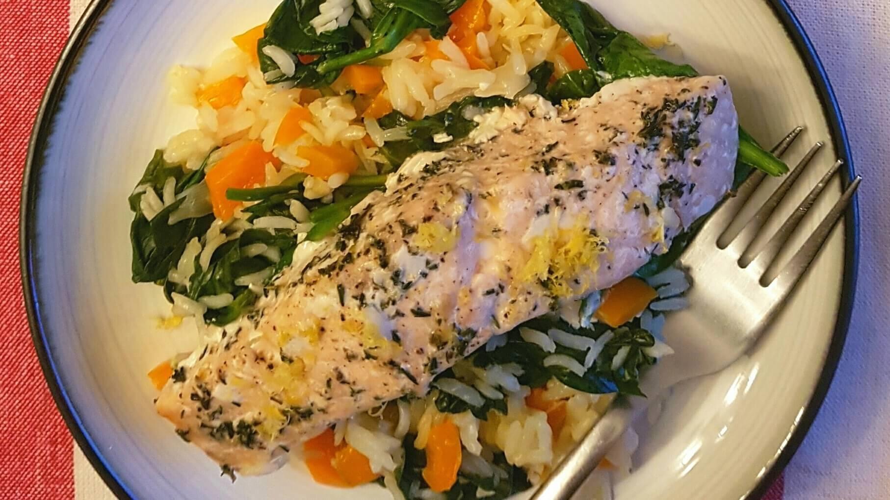 Assiette de saumon cuit, riz, épinards et carottes