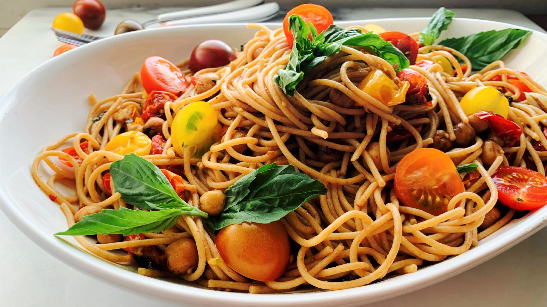 Spaghetti avec tomates dans un plat blanc