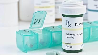 Daily distributeur de médicaments avec une bouteille et des pilules de prescription vert