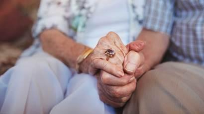 tir tondu couple de personnes âgées tenant la main alors qu