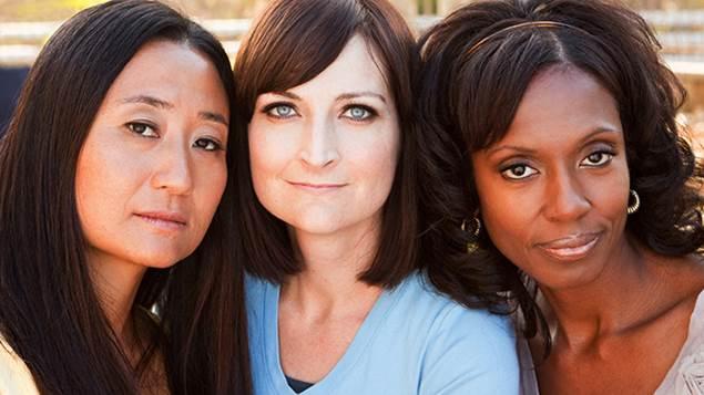 Plan rapproché de trois femmes de nationalités différentes