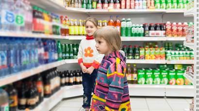Les petites filles qui choisissent des produits dans un supermarché