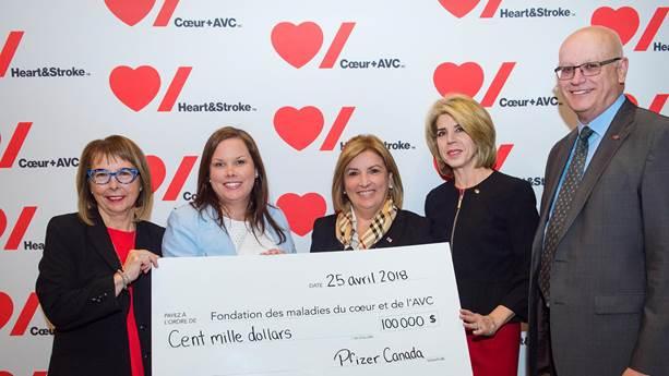 Les représentants de Pfizer présentent le programme Maladies du cœur avec un chèque de cent mille dollars