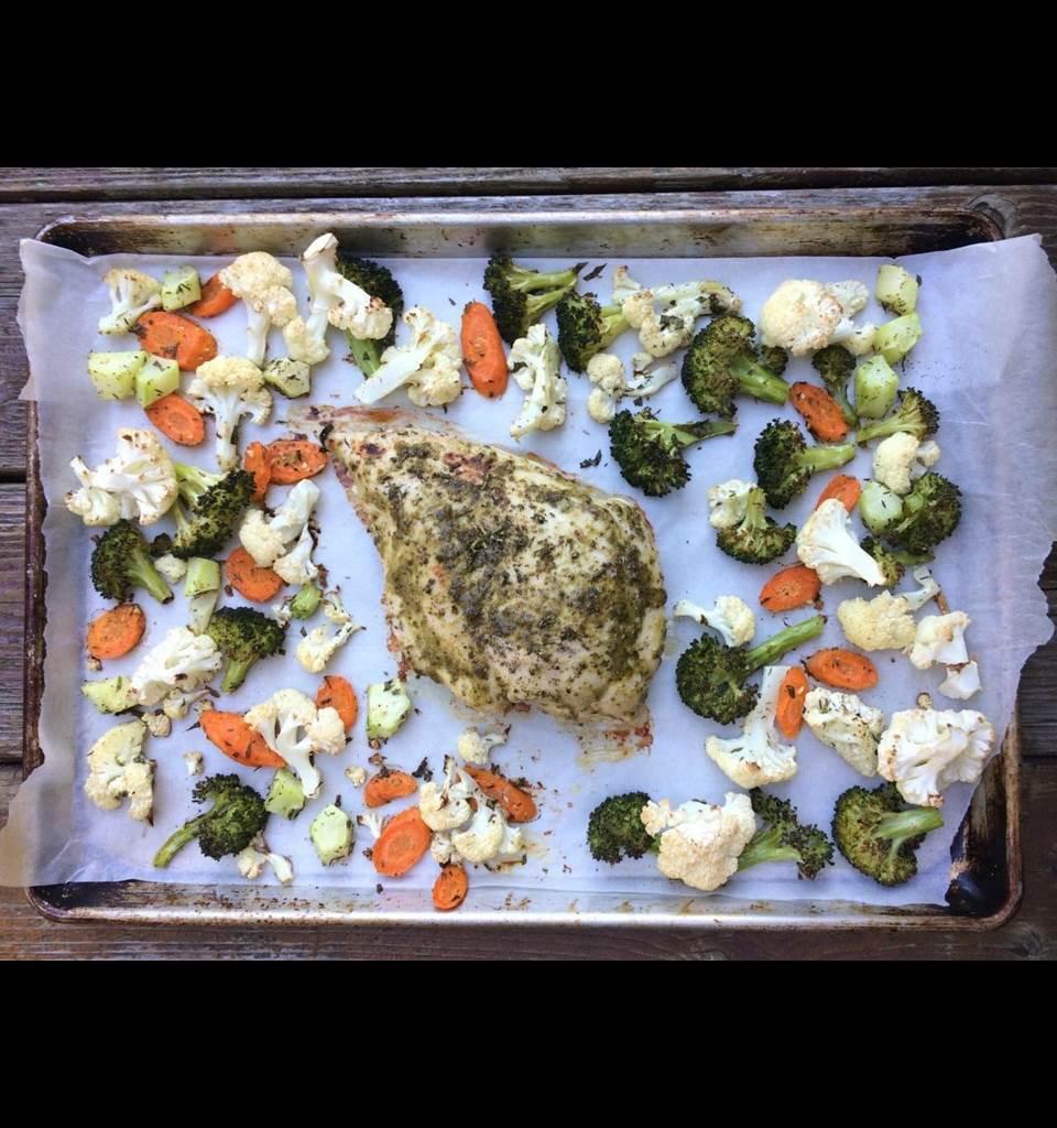Poitrine de dinde aux légumes sur une plaque à pâtisserie